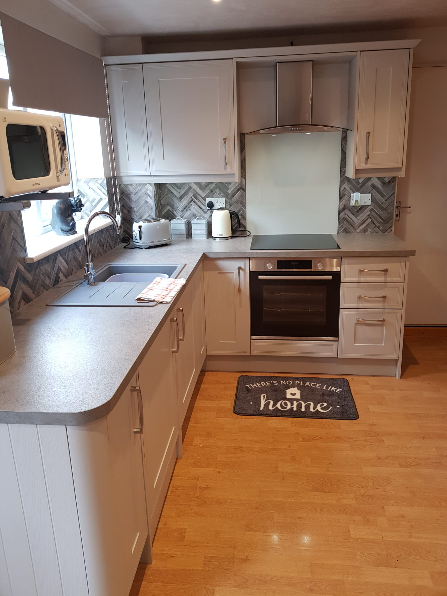 Classic Kitchen Tulley Cashmere with Pre Fabricated Work Surfaces and Radius Curved ends