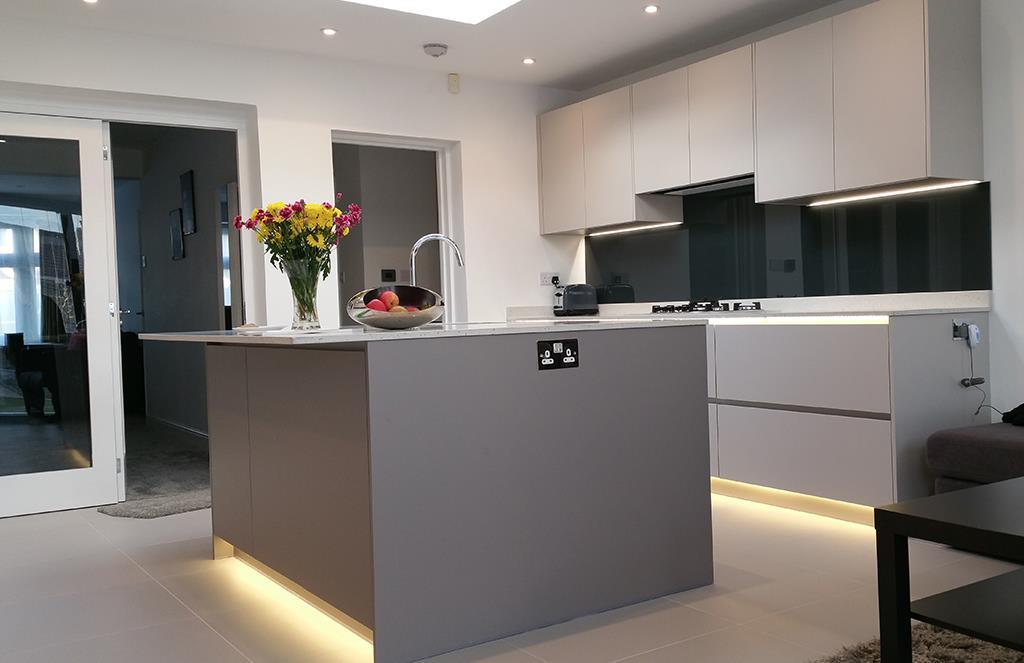 Contemporary Handle-less Kitchen - Wolverhampton